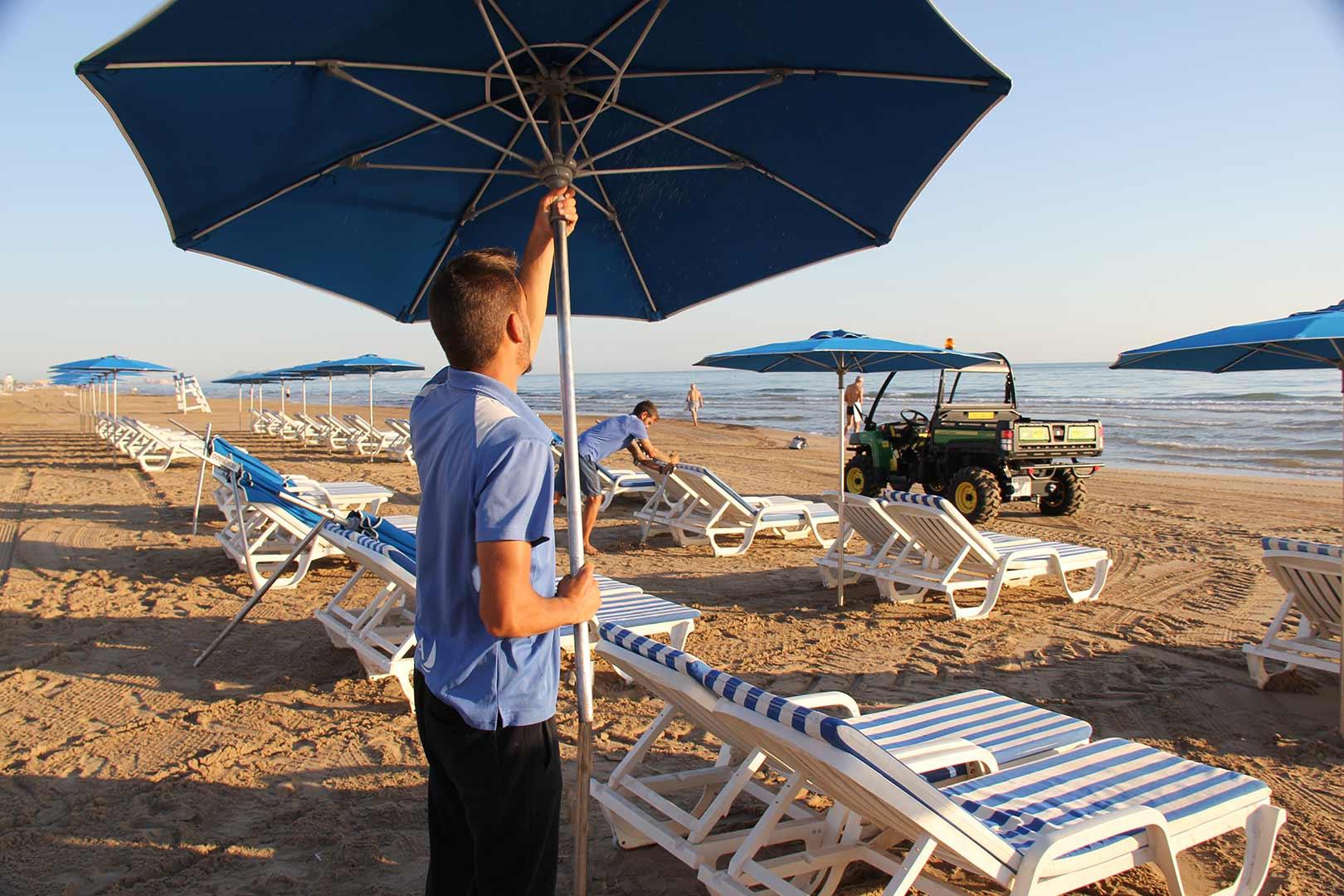 montaje-sombrillas-playa-ducalplaya